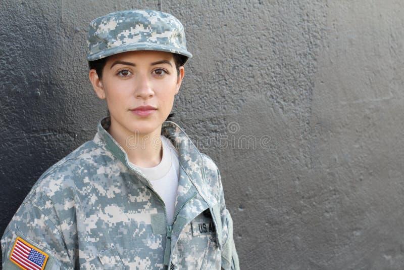 Żeński wojsko usa żołnierz jest ubranym mundur z kopii przestrzenią dla teksta na prawej stronie obrazy stock