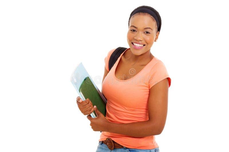 Żeńskie amerykanina afrykańskiego pochodzenia studenta collegu mienia książki fotografia stock
