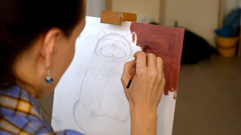 Żeńskie artysta farby obrazują grafikę w sztuki studiu zdjęcie stock