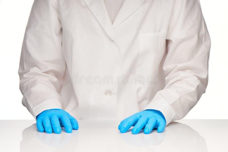 Żeńskie lekarz medycyny ręki w błękitnych rękawiczkach zdjęcia royalty free