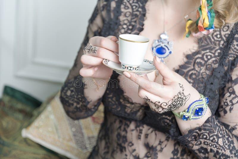 Żeńskie ręki trzymają filiżankę kawy obraz stock