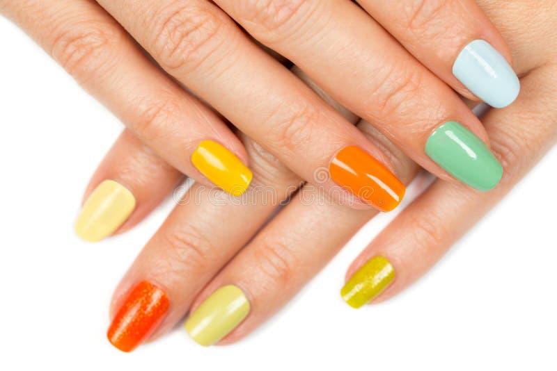 Żeńskie ręki z gwoździa połysku kolorem zdjęcie stock