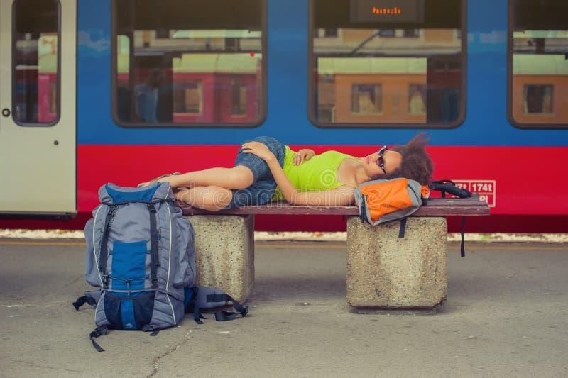 Żeńskiego backpacker turystyczny drzemanie na ławce zdjęcia royalty free