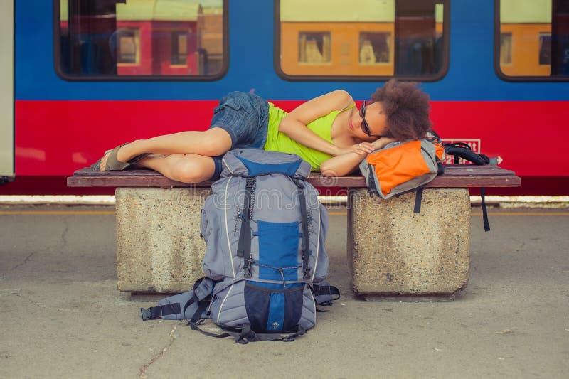 Żeńskiego backpacker turystyczny drzemanie na ławce obraz royalty free