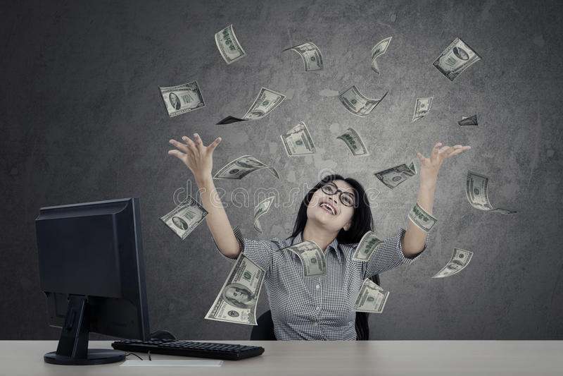 Żeńskiego przedsiębiorcy przyglądający pieniądze zdjęcia royalty free
