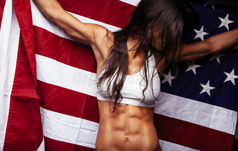 Żeńskiej atlety mienia flaga amerykańska zdjęcie stock