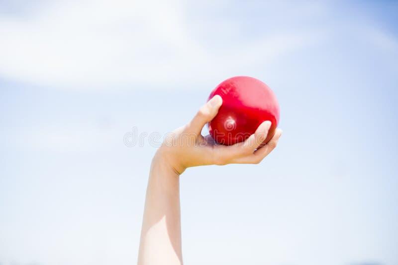 Żeńskiej atlety narządzanie rzucać strzał stawia piłkę zdjęcia stock