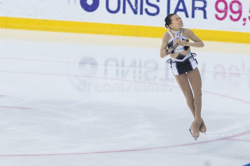 Żeńskiej postaci łyżwiarka wykonuje damy łyżwiarstwa Bezpłatnego program przy lód gwiazdy łyżwiarstwa figurowe Międzynarodową ryw obrazy royalty free