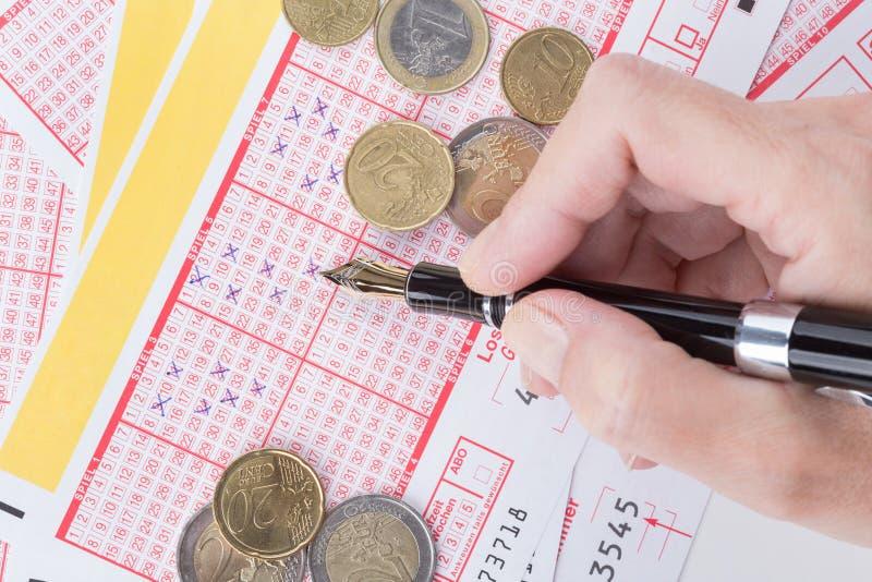 Żeńskiej ręki podsadzkowa loteryjka obrazy stock