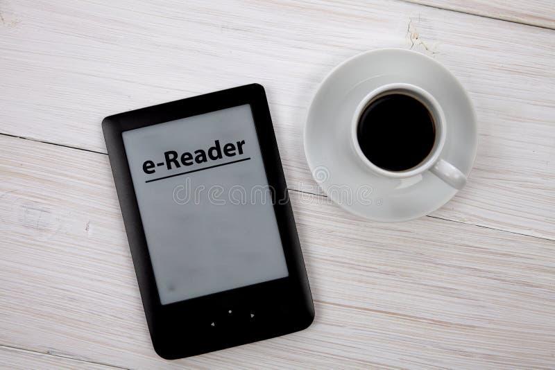 Download E书读者和咖啡杯在木桌上 库存图片. 图片 包括有 饮料, 设计, 设备, 早晨, 杯子, 知识, 学院 - 59104099