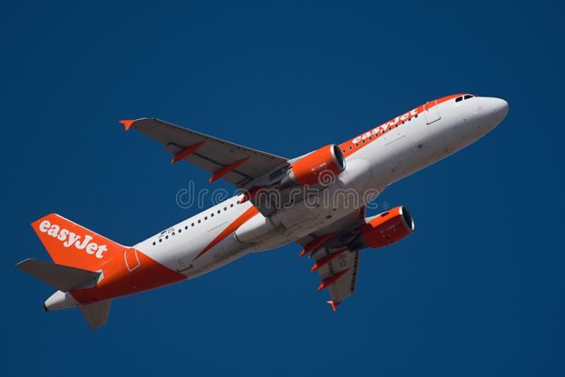 E 14 2019年易捷航空,空中客车,A320,在天空蔚蓝的飞机飞行 库存照片