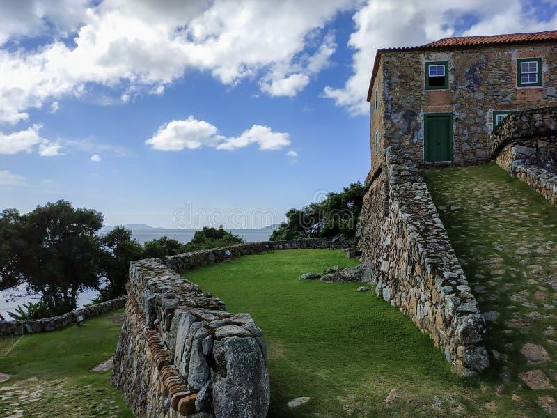 18:e århundradet São José da Ponta Grossa Fortress, Florianópolis, delstaten Santa Catarina, Brasilien royaltyfri foto