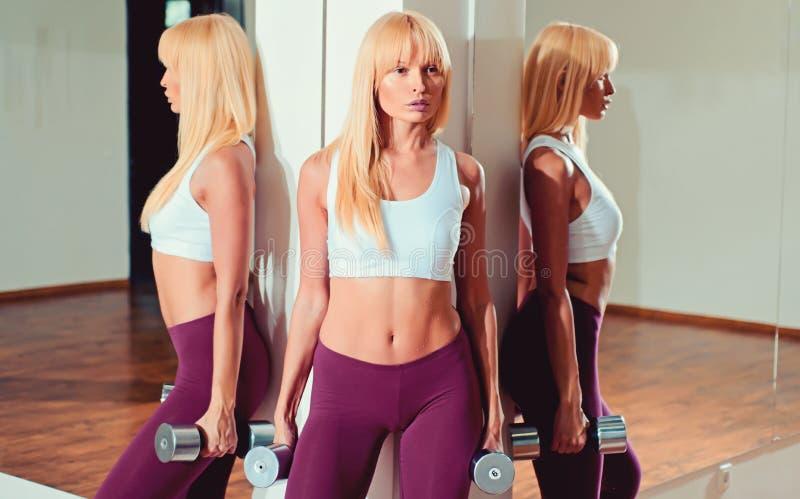 E Спорт и мода sportswear Разминка женщины в спортзале Тренировка с тренером r стоковое фото