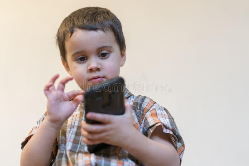 E śliczny dzieciak bawić się gry dalej zdjęcie stock