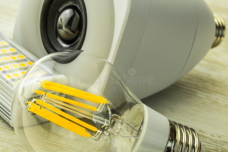 E27 żarówki z różni układy scaleni przed głośnikową lampą zdjęcia stock