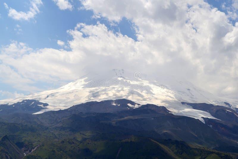 E Άποψη του βουνού Elbrus μια νεφελώδη ημέρα Καυκάσια κορυφογραμμή, Ρωσία στοκ φωτογραφία με δικαίωμα ελεύθερης χρήσης