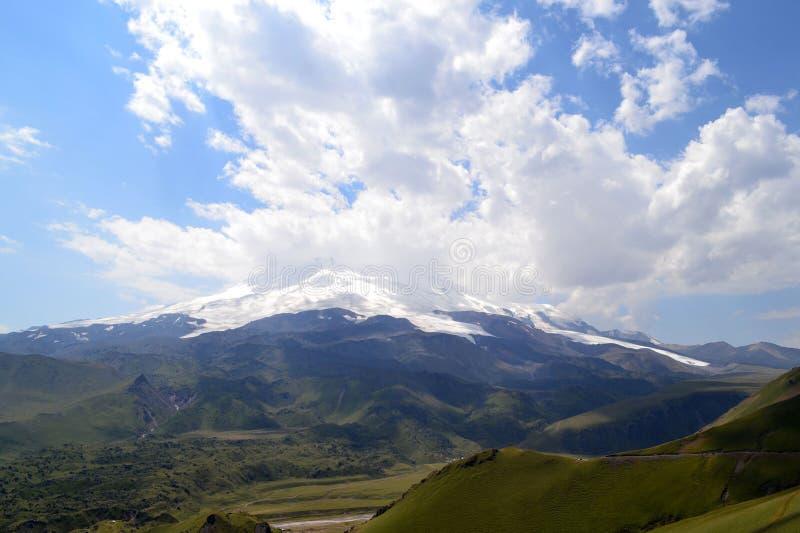 E Άποψη του βουνού Elbrus μια νεφελώδη ημέρα Καυκάσια κορυφογραμμή, Ρωσία στοκ εικόνες
