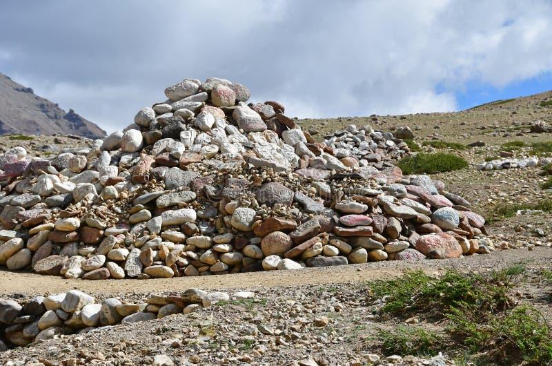 E Βουδιστικές πέτρες προσευχής με τα mantras και τελετουργικά σχέδια στο ίχνος από την πόλη Dorchen γύρω από το υποστήριγμα Kaila στοκ εικόνες