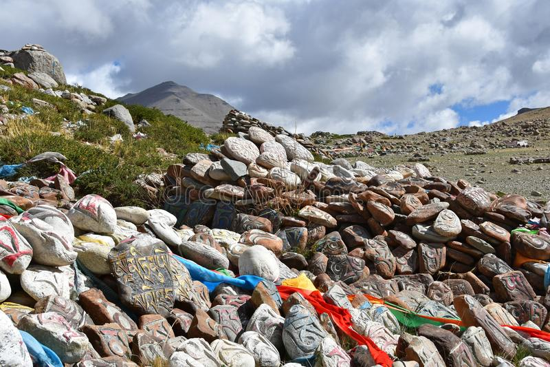 E Βουδιστικές πέτρες προσευχής με τα mantras και τελετουργικά σχέδια στο ίχνος από την πόλη Dorchen γύρω από το υποστήριγμα Kaila στοκ εικόνα με δικαίωμα ελεύθερης χρήσης