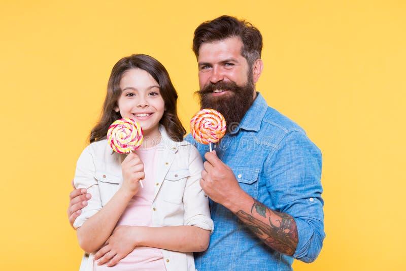 E Γενειοφόρος καλός μπαμπάς hipster για τη λατρευτή κόρη Έννοια γλυκών και απολαύσεων Η κόρη και ο πατέρας τρώνε στοκ εικόνες με δικαίωμα ελεύθερης χρήσης