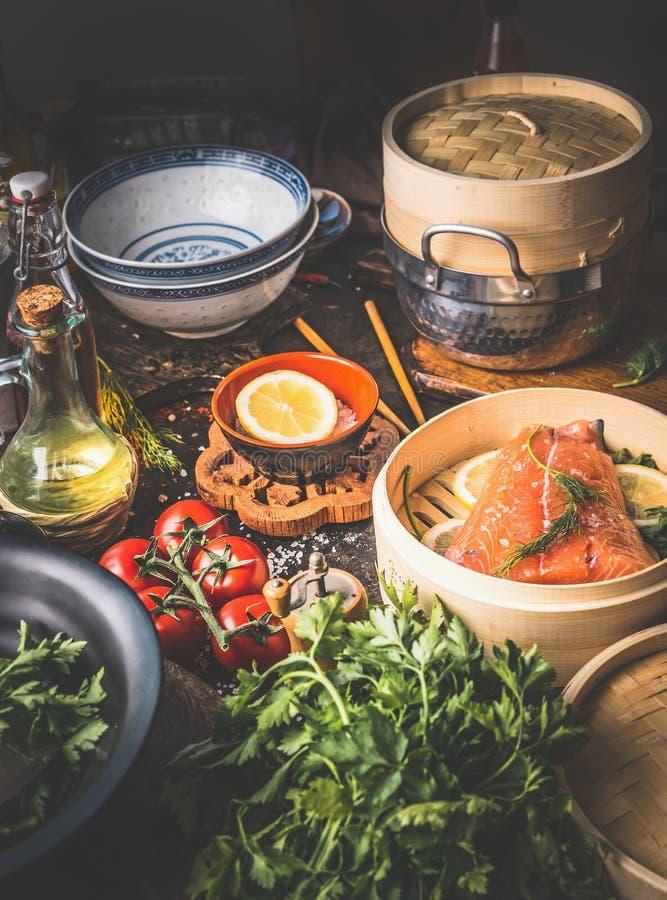 E Διάφορα συστατικά, εργαλεία και εργαλεία στον πίνακα κουζινών Αυθεντική ασιατική μαγειρεύοντας προετοιμασία τροφίμων με το σολο στοκ εικόνα
