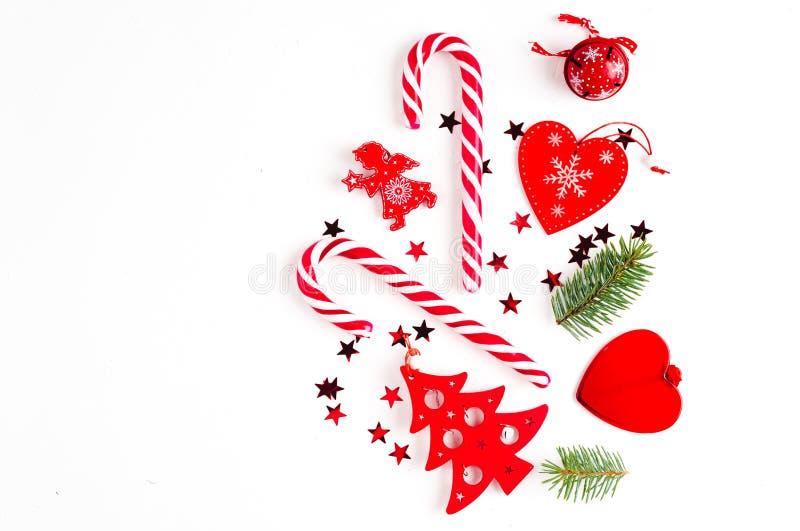 E Δώρα Χριστουγέννων, κλάδοι πεύκων, παιχνίδια στο άσπρο υπόβαθρο r στοκ εικόνες