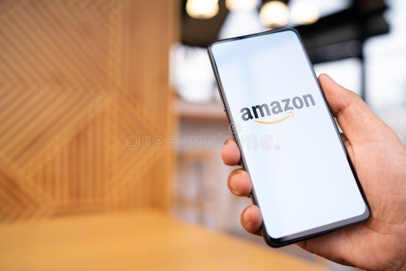 E 23,2019: Εκμετάλλευση Xiaomi Mi μίγμα 3 ατόμων με το Αμαζόνιο apps στην οθόνη Ο Αμαζόνιος είναι ένας Αμερικανός διεθνής στοκ φωτογραφία