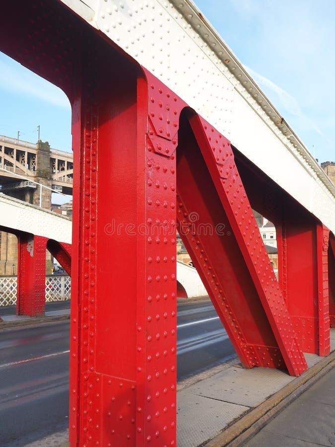 E Η γέφυρα ταλάντευσης είναι μια γέφυρα ταλάντευσης πέρα από τον ποταμό Τάιν στοκ εικόνες