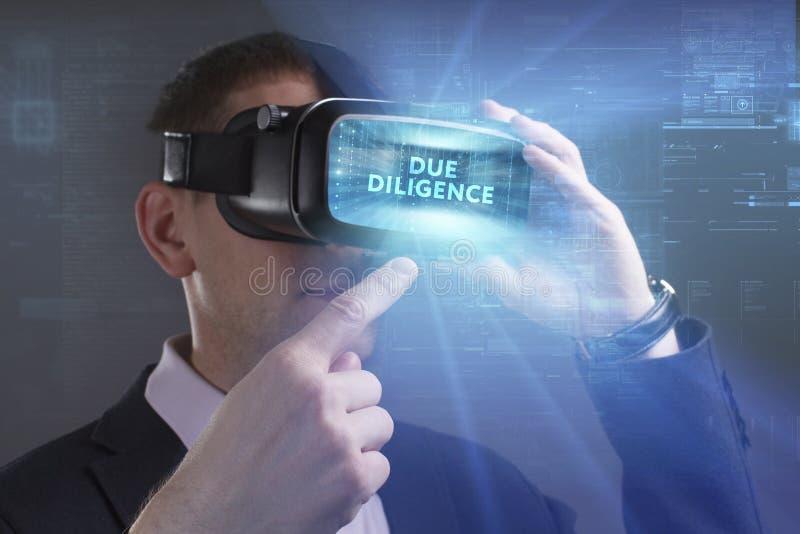 E Η νέα εργασία επιχειρηματιών στα γυαλιά εικονικής πραγματικότητας βλέπει την επιγραφή: Οφειλόμενος στοκ εικόνες