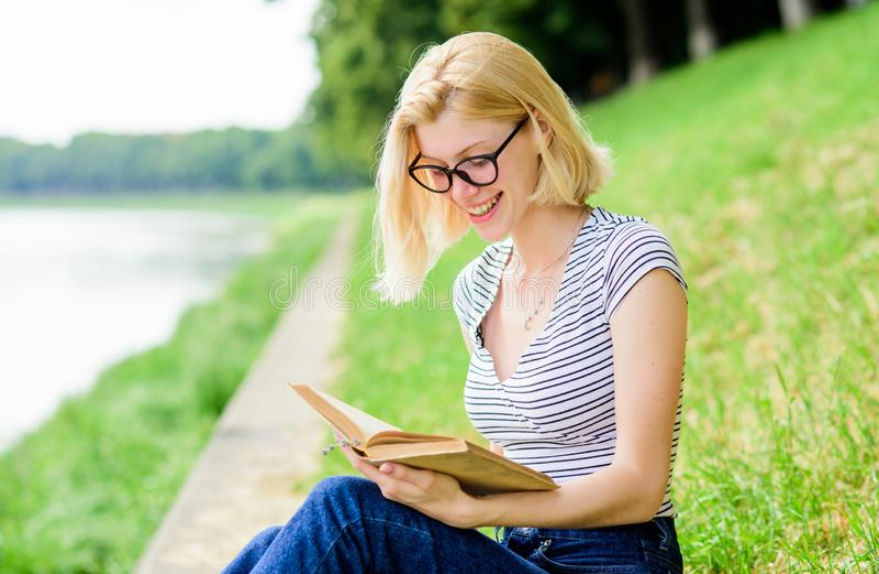 E κορίτσι σπουδαστών με το βιβλίο υπαίθριο η ανάγνωση είναι το χόμπι μου Θερινή μελέτη ενδιαφέρουσα ιστορία Χαλαρώστε και πάρτε στοκ φωτογραφίες με δικαίωμα ελεύθερης χρήσης