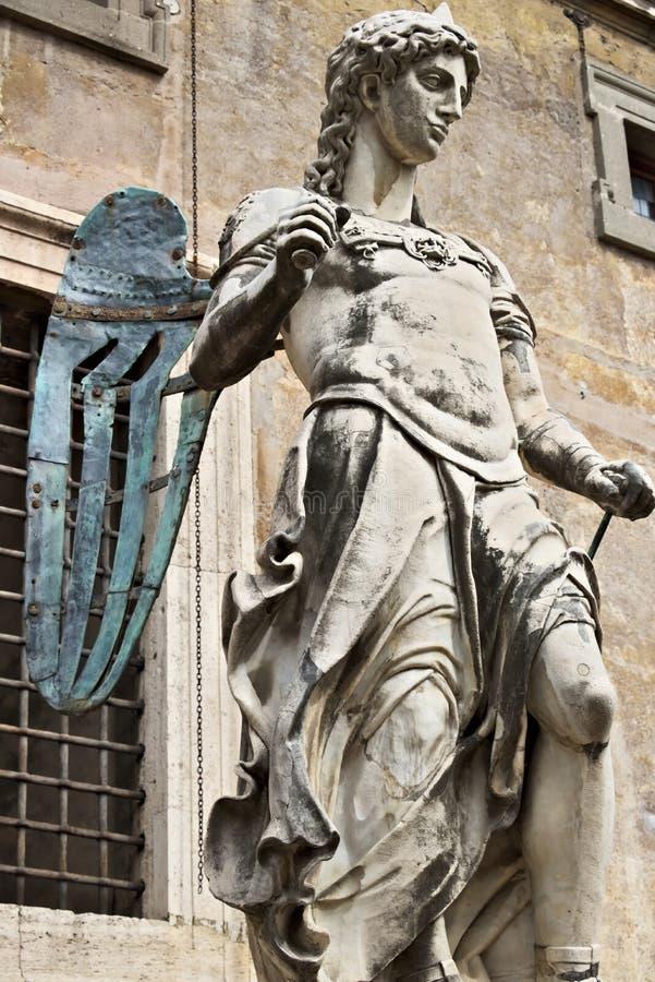 """E Μαρμάρινο γλυπτό αγγέλου που τοποθετείται σε Castel Sant """"Angelo Το άσπρο μαρμάρινο γλυπτό τοποθετείται σε ένα προαύλιο του κάσ στοκ φωτογραφίες"""