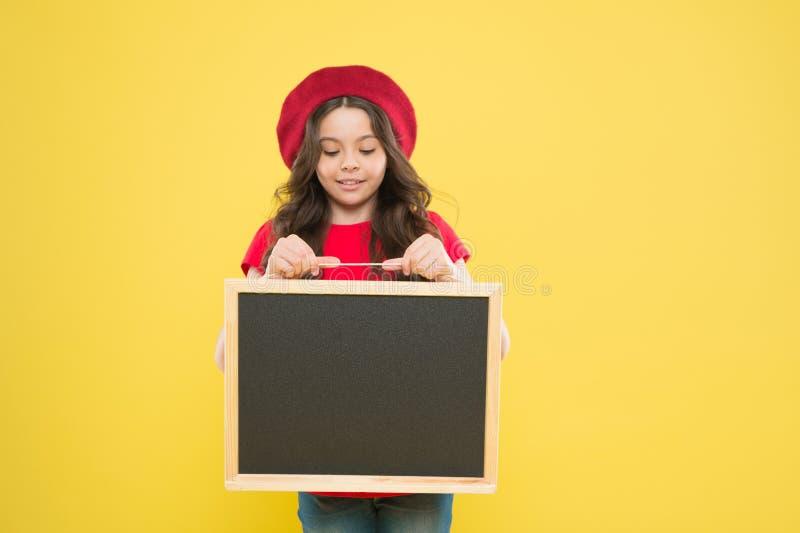 E μικρό παιδί κοριτσιών με τη σχολική ράχη, διάστημα αντιγράφων o διαφημιστικός πίνακας για την προώθηση στοκ εικόνα με δικαίωμα ελεύθερης χρήσης