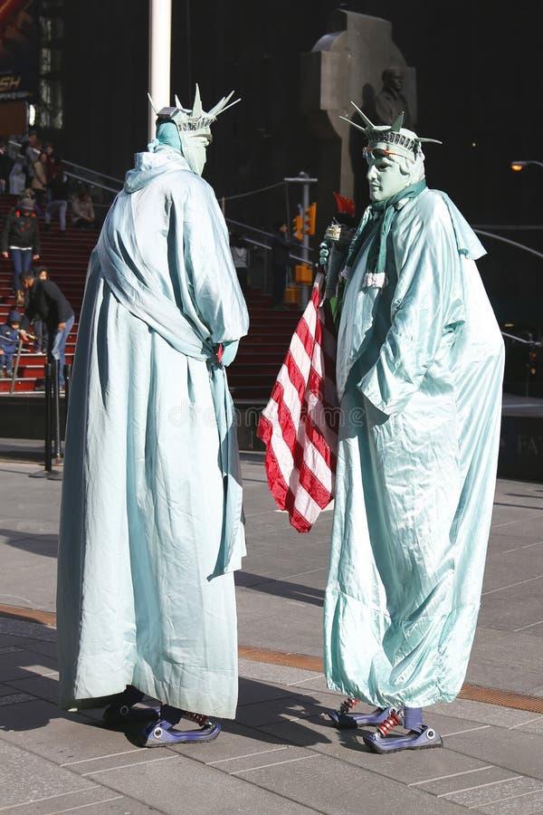 E Οι μη αναγνωρισμένοι εκτελεστές οδών έντυσαν όπως ένα άγαλμα της ελευθερίας τακτοποιεί κατά περιόδους στο της περιφέρειας του κ στοκ φωτογραφία με δικαίωμα ελεύθερης χρήσης