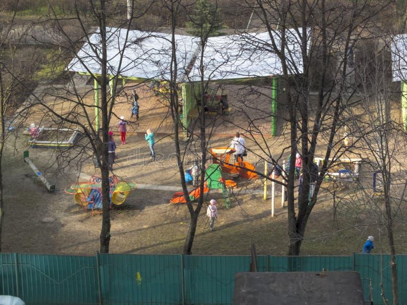 E Ο ήλιος λάμπει Τα παιδιά παίζουν στο ναυπηγείο kindergarten στοκ εικόνες με δικαίωμα ελεύθερης χρήσης
