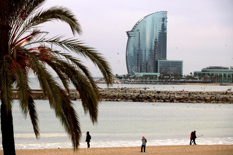 E Ο ορίζοντας της Βαρκελώνης με τη θάλασσα, την παραλία και τα σύγχρονα κτήρια στοκ εικόνα με δικαίωμα ελεύθερης χρήσης