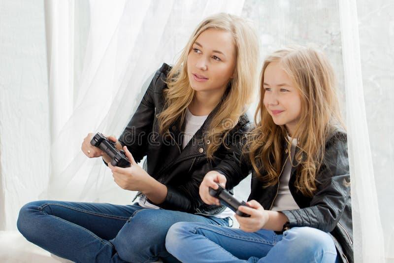 E Παιχνίδι μητέρων και κορών στο conlsole από κοινού στοκ εικόνα