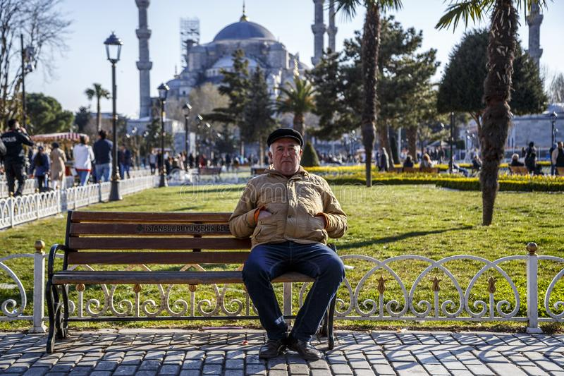 E 03 2019: Παλαιά συνεδρίαση ατόμων σε έναν πάγκο στοκ φωτογραφία