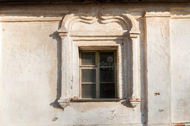 E Παράθυρα που διακοσμούνται με τις λεπτομέρειες στόκων στην πρόσοψη του καθεδρικού ναού αναζοωγόνησης σε Veliky Novgorod στοκ εικόνες