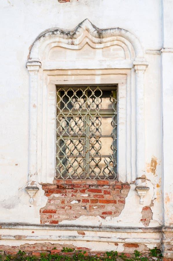 E Παράθυρο νυστεριών που διακοσμείται με τις λεπτομέρειες στόκων στην πρόσοψη του καθεδρικού ναού αναζοωγόνησης στοκ εικόνες