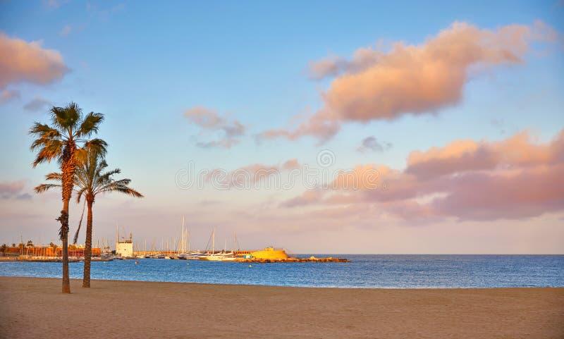 E Παραλία Barceloneta Ζωηρόχρωμο ηλιοβασίλεμα βραδιού στοκ φωτογραφίες με δικαίωμα ελεύθερης χρήσης