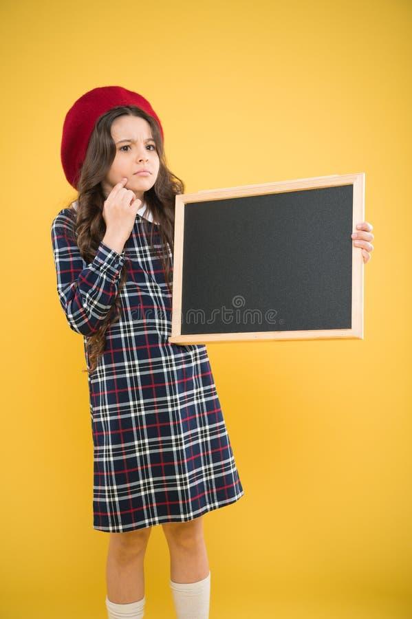 E πωλήσεις σχολικών αγορών r ευτυχές σχολικό κορίτσι παρισινό beret παιδί μικρών κοριτσιών με στοκ εικόνες με δικαίωμα ελεύθερης χρήσης