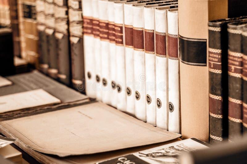 E Σωρός των βιβλίων σε μια σειρά στο ράφι ο στη βιβλιοθήκη Χρησιμοποιημένα βιβλία στοκ φωτογραφίες με δικαίωμα ελεύθερης χρήσης