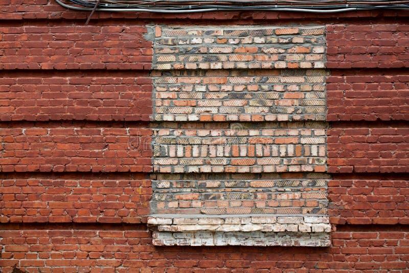 E Το παράθυρο καλύπτεται με τα τούβλα στο παλαιό σπίτι στοκ εικόνες με δικαίωμα ελεύθερης χρήσης