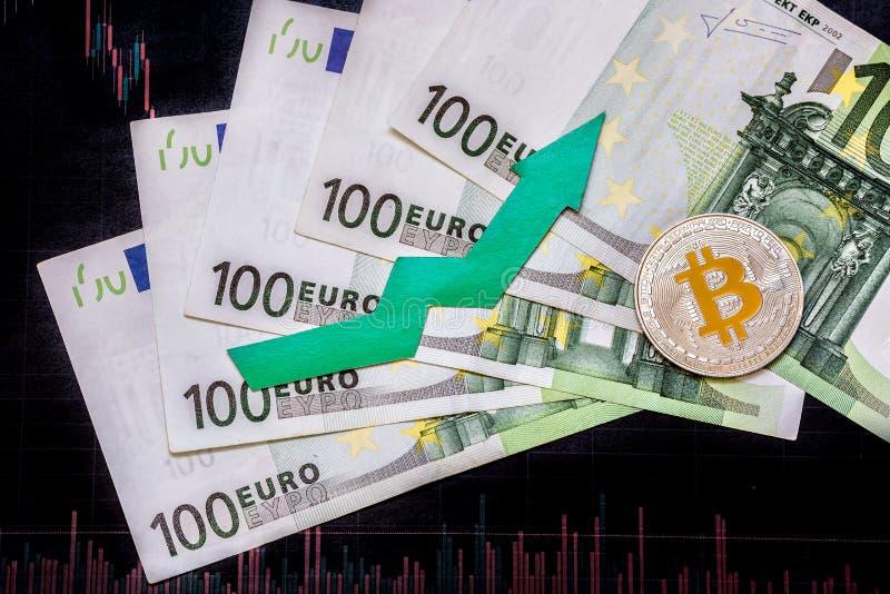 E Το πράσινο βέλος και ασημένιο Bitcoin σε εκατό ευρο- λογαριασμούς και Forex εγγράφου σχεδιάζουν την εκτίμηση δεικτών επάνω στοκ φωτογραφία