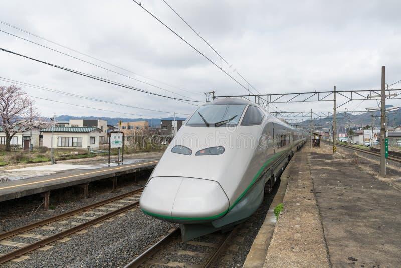 E3 τραίνο σφαιρών σειράς (μεγάλη ταχύτητα) στο σταθμό Akayu στοκ φωτογραφία με δικαίωμα ελεύθερης χρήσης