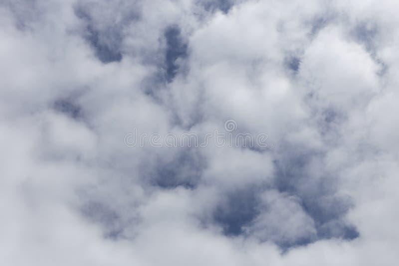 E Υπόβαθρο των άσπρων και γκρίζων σύννεφων στοκ φωτογραφία με δικαίωμα ελεύθερης χρήσης