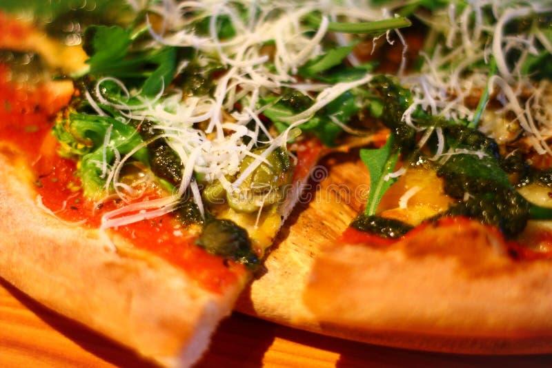 E Χορτοφάγος πίτσα στο ξύλινο πιάτο στοκ φωτογραφίες