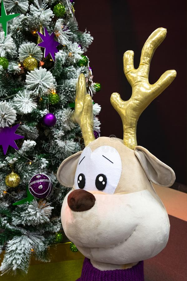 E Χρυσά και ιώδη σφαίρες και αστέρια στο χριστουγεννιάτικο δέντρο εννοιολογικός στοκ εικόνες