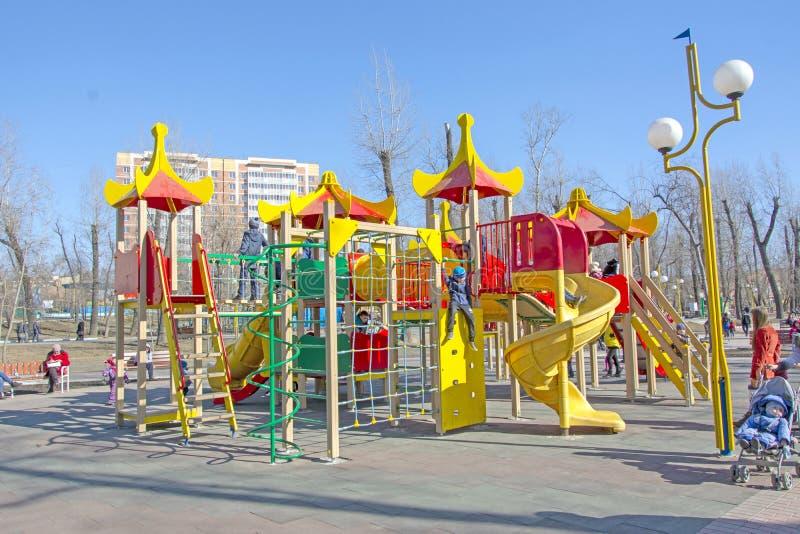 E Абакан Игра детей в городке детей, в муниципальном парке Весна 2019 стоковое изображение rf