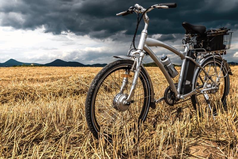 E-велосипед перед штормом стоковые изображения rf